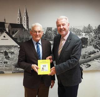 Alfred Plienegger (l.) übergibt das erste Exemplar Bürgermeister Klaus Schneeberger.
