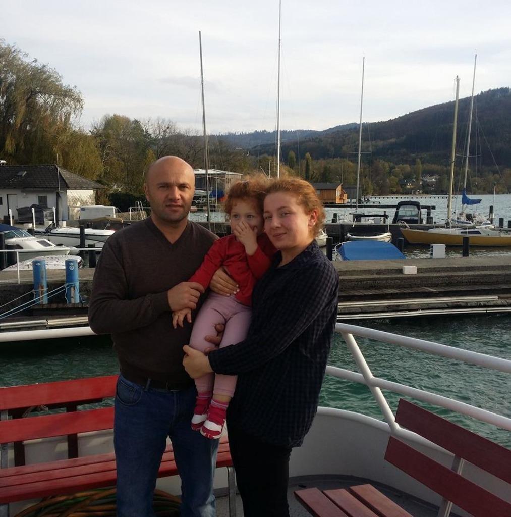Vlasi Sakandelidze und Salome Giorgadze mit ihrer Tochter Christie leben seit drei Jahren in Seewalchen – jetzt droht die Abschiebung.