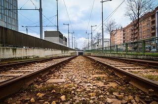 Hier neben dem Hauptbahnhof beginnt bzw. endet die Strecke der Straßenbahn, in der sie unterirdisch unter dem Gürtel bis zur Eichenstraße und der Wiedner Hauptstraße geführt wird.  Am Südtirolerplatz begannen die Bauarbeiten 1957. Der gesamte Ustrab-Tunnel ging schließlich am 11. Jänner 1969 in Betrieb.
