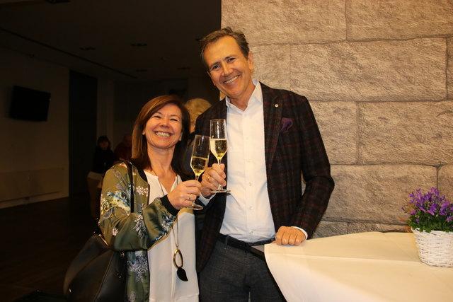 Monika und Herbert Höllenbauer stießen auf das Konzert an.