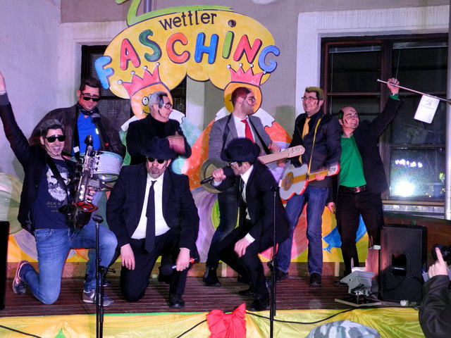 """Dass """"Die Acht"""" Zwettler Autohändler gerne """"Autos zeigen"""" ist bekannt. Am Faschingmontag zeigten sie auch ihr Show-Talent und gaben auf der Bühne Vollgas."""