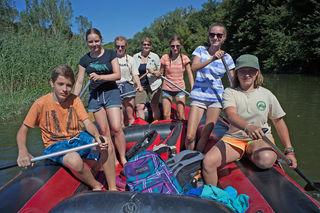 Junior-Ranger auf Bootstour durch die Auen.