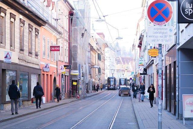 Tristes Bild: Viele Passanten gehen durch die Jakoministraße, nur wenige bleiben auch wirklich stehen.