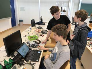 Fährt er schon oder schläft er noch? Robotik-Fans der 4c der Neuen Musikmittelschule Weiz zu Gast in der HTL.
