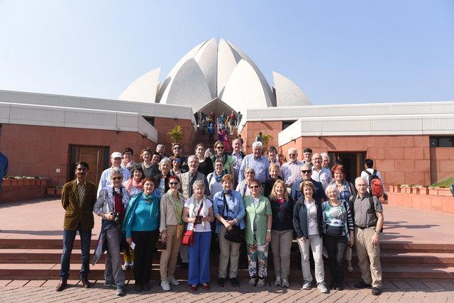 """Das Foto zeigt die gesamte Gruppe vor dem """"Bahai Haus der Andacht"""" in New Delhi, das 1986 feierlich der Einheit Gottes, der Einheit der Religionen und der Einheit der Menschheit geweiht wurde."""