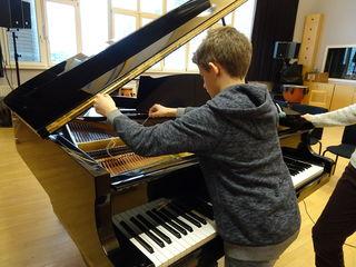 Nicht am Klavier - sondern IM Klavier: Schallfeld- das Musikprojekt macht's möglich.