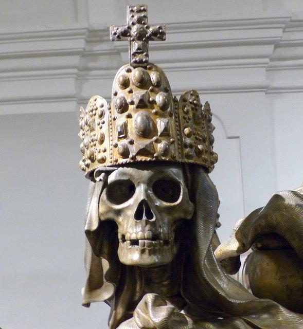Karlsgruft - Die mit der Reichskrone bekrönte Schädelskulptur auf dem Sarkophag von Kaiser Karl VI.