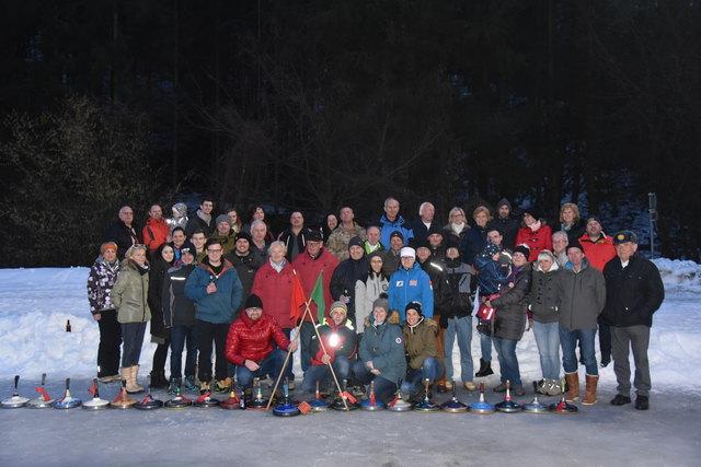 Das Gruppenfoto mit allen Teilnehmern beim Knödelschießen in Urscha.