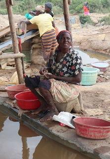 Frau beim Goldwaschen in Kenia