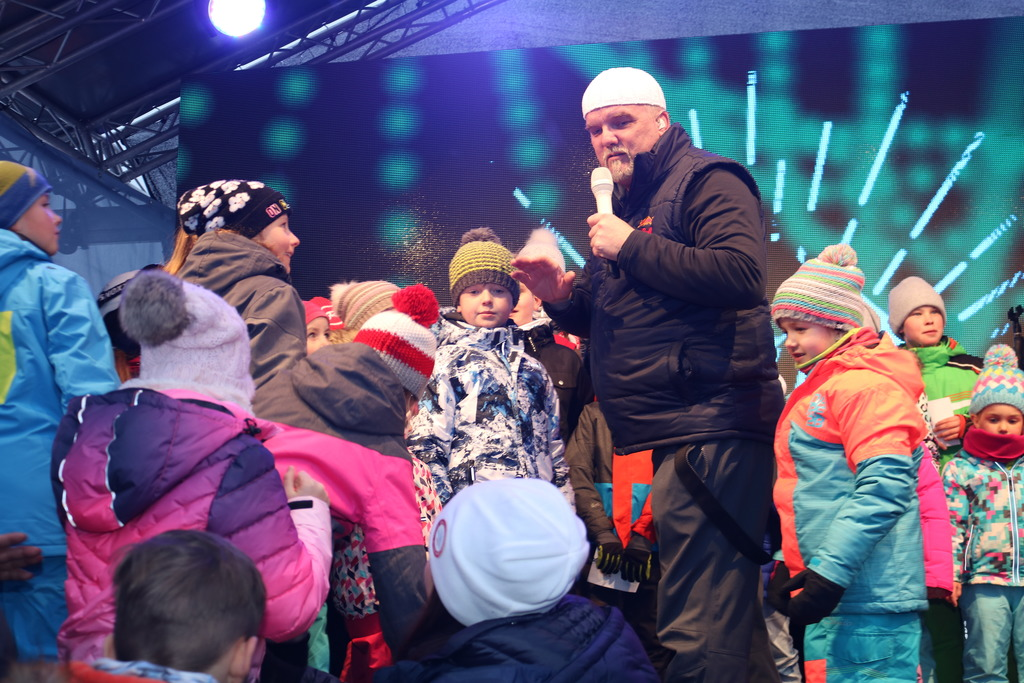 """Begeisterung bei Klein und Groß – Die kleinen Fans durften mit ihrem großen Star gemeinsam das Lied """"Ein Stern"""" singen."""