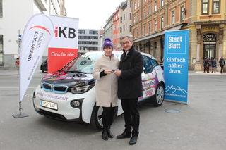 Gewinnerin Marlis Niederlechner mit Thomas Hudovernik vom Innenstadtverein