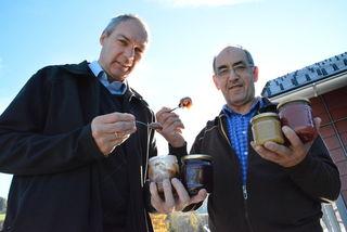 """""""Honig anstatt Zucker. Und das ist bei fast allen Speisen möglich"""", rät Imker Leonhard Gruber (li.), """"denn Zucker ist ein reines Kohlehydrat, wohingegen im Honig über 180 Inhaltsstoffe sind, die sich nach Verzehr im Körper zusammenwirkend entfalten."""""""