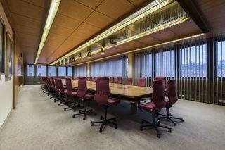 Auch im Inneren sind die 1970er nicht zu verleugnen - etwa hier im großen Sitzungssaal.