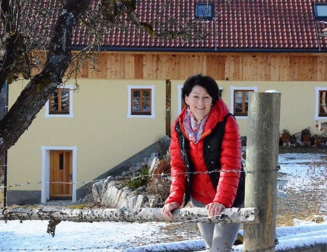 Fastenbegleiterin Susanne Erlacher vor ihrem renovierten Bauernhof am Pabenberg (Friesach), wo sie auch Fastenkuren anbietet