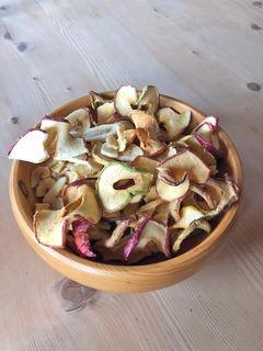 Zwar enthält getrocknetes Obst Fruchtzucker, doch in der Fastenzeit kann es den Schokoriegel ersetzen. Früchte – idealerweise regionales Obst – kann jeder daheim selber trocknen. Apropos: Schmackhaft und vor allem nährstoffreich sind auch Studentenfutter-Nussmischungen.