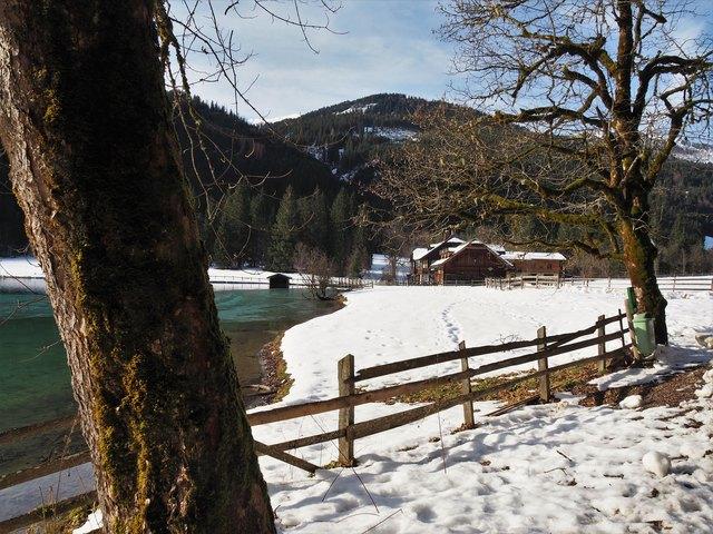 Jägerseeufer mit Gasthaus Jägersee im Hintergrund