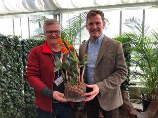 """Wilhelm Mejstrik von der Wiener Orchideengesellschaft und Taufpate Johannes Käfer mit der Orchidee """"Blumenkäfer"""", die in den Blumengärten Hirschstetten getauft wurde."""