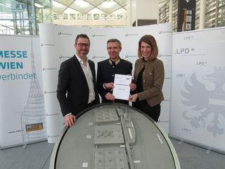Landespolizeipräsident Franz Eigner übergibt an Katharina Weishaupt (Messe Wien) und Benedikt Binder-Krieglstein (Reed Exhibitions) das neue Sicherheitskonzept.