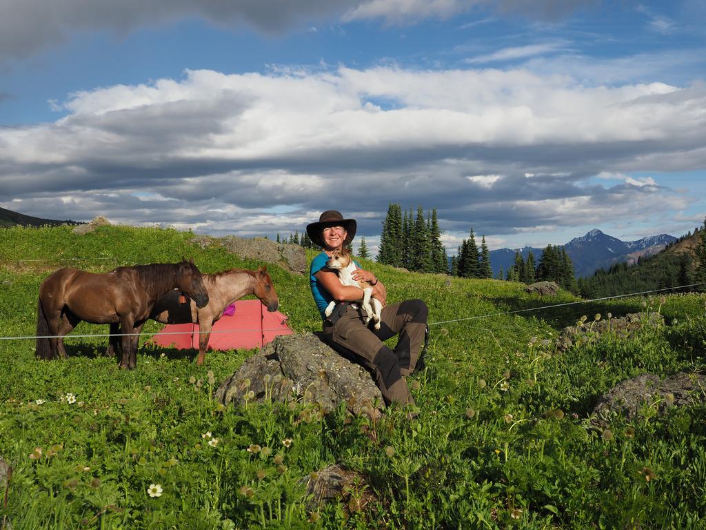 Zwei Pferde und Hund Leni, das waren die Reisegefährten von Sonja Endlweber bei ihrer aufregenden Tour durch die kanadischen Berge.