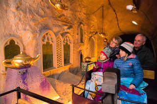 Staunende Blicke: Enkelinnen wie Großeltern sind fasziniert und gestalten die Fahrt in der Märchenbahn aktiv mit.