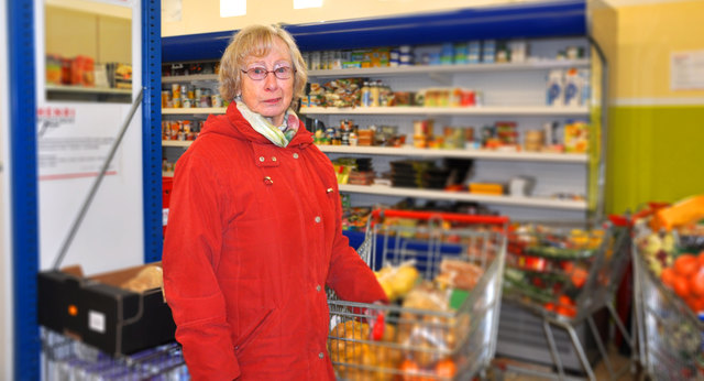 Angela Bauer beim Einkauf im Sozialmarkt in Hagenberg.