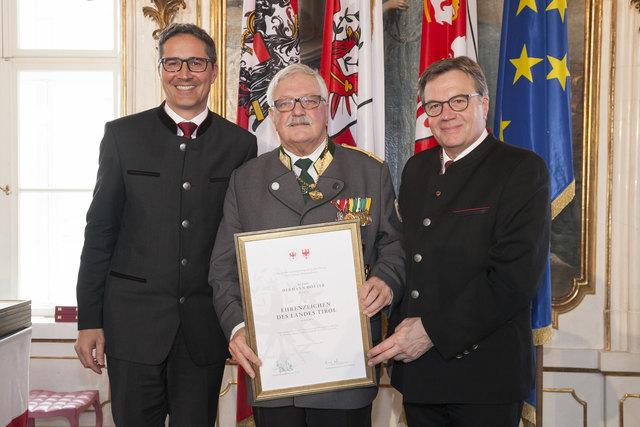 Südtirols LH Arno Kompatscher, Ehrenzeichenträger Hermann Hotter und Tirols LH Günther Platter (v.l.).