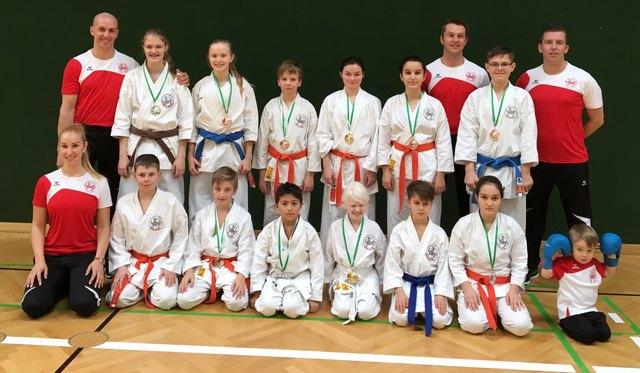 Beim gemeinsamen Gruppenfoto wurde auf einen Blick erkennbar, wie erfolgreich unsere Karateka waren, die viele Medaillen mit nach Hause nehmen konnten.