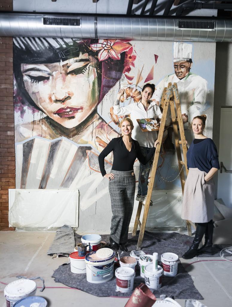 Kongeniales Trio: Franziska (l.) und Viktoria (re.) Grossauer zeigen sich vor dem Kunstwerk von Carola Deutsch (Mitte).