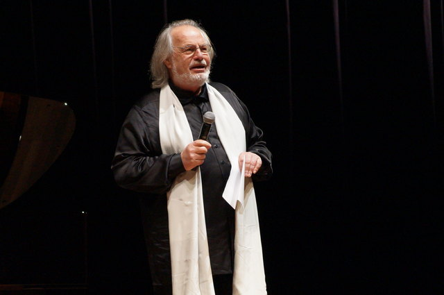 Harte Anschuldigungen werden auf einer Webseite gegen Gustav Kuhn erhoben. Der Maestro klagt nun.