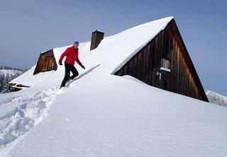 Die Hütte auf der Feldwiesalm versinkt im Schnee.