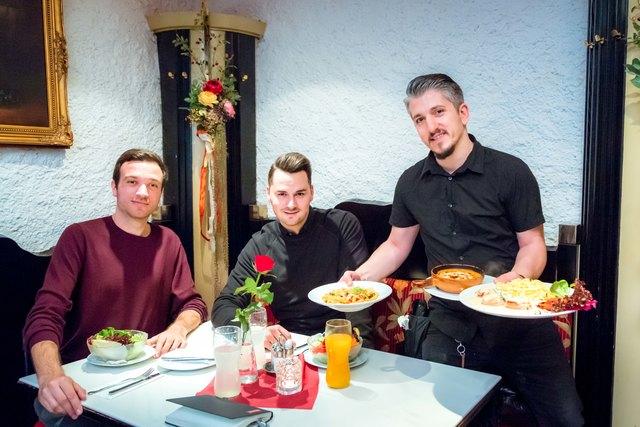 Die meisten Fliesen bezieht Michael Platzer (Mitte) aus Italien: Kein Wunder, dass er mit Redakteur Christoph Hofer im Pronto speiste.