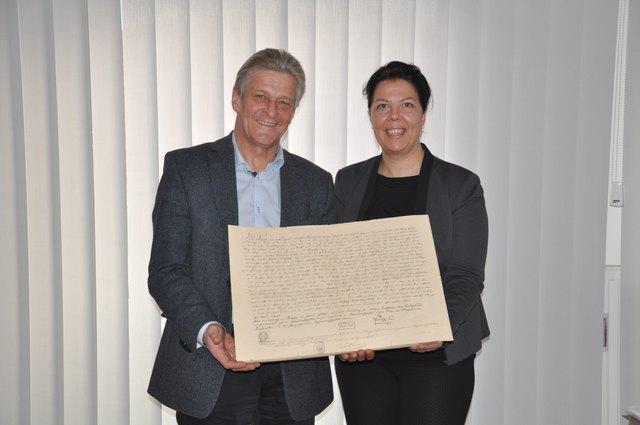 Bürgermeister Gerhard Obernberger und Kulturreferentin Dagmar Fetz-Lugmayr mit der 160 Jahre alten Abschrift der Markterhebungsurkunde