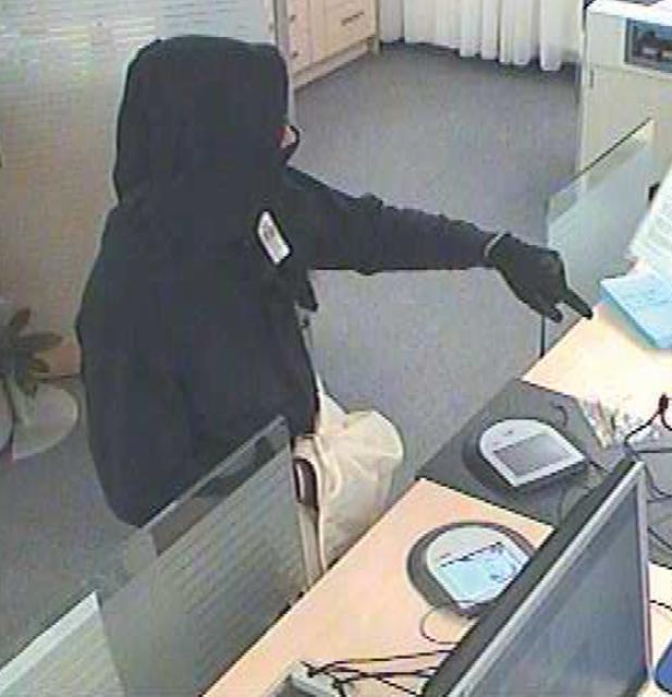"""Mit den Worten """"Geld her, alles"""" bedrohte der 32-jährige Haugsdorfer die Bankangestellten der Sparkasse.                                      Foto: LKA NÖ"""