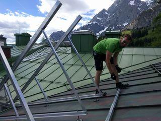 Die Lage am Berg erforderte das Aufständern der PV-Panäle auf 4 5Grad, um den vielen Schnee herunterschieben zu können.