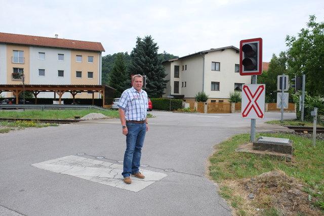 Lokalaugenschein mit Bürgermeister Helmut Berger bei der Bahnkreuzung im Juni 2015.