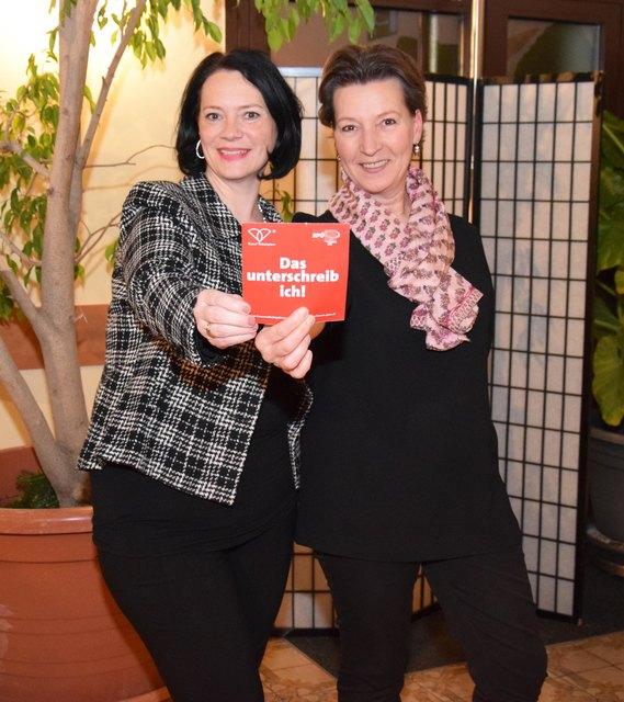 Claudia Musil und SPÖ Frauenvorsitzende Gabriele Heinisch-Hosek stehen hinter dem Frauenvolksbegerhen.
