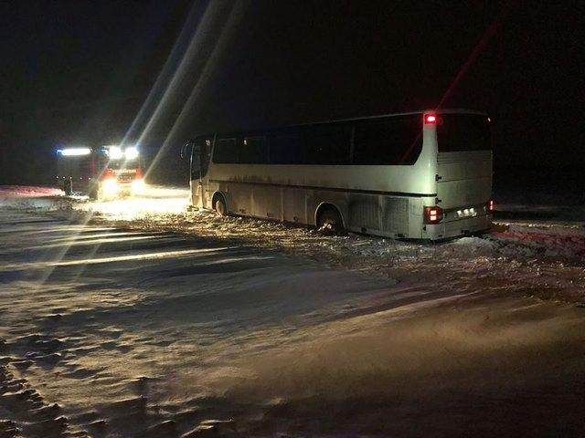 Der Bus blieb auf einem Güterweg stecken und hatte zuvor ein Warnschild missachtet.