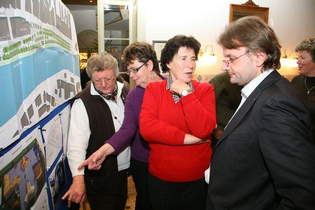 """Lang ist's her"": Auch 2010 kam Bürgermeister Hannes Heide schon bei seinen offiziellen Informationsveranstaltungen ins Gespräch."