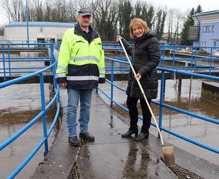 RHV-Geschäftsführerin Susanne Haberl mit Betriebsleiter Georg Hinterplattner bei den Klärbecken.