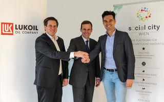 Richard Vrzal (l.) und Emil Diaconu (r.), die beiden Geschäftsführer der Social City Wien, mit Robert Gulla von Lukoil.