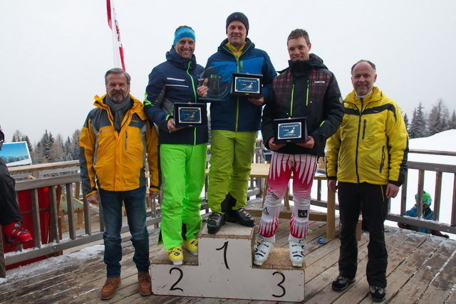 Der Wanderpokal ging heuer nach Oberlienz. B.l.: Martin Huber (Bgm. Oberlienz), Jürgen Biedner (Obm. SU Gaimberg), Thomas Lobenwein (Obm. SU Oberlienz), Markus Schwarzl (Sektionsleiter Schi SU Thurn) und Reinhold Kollnig (Bgm. Thurn).