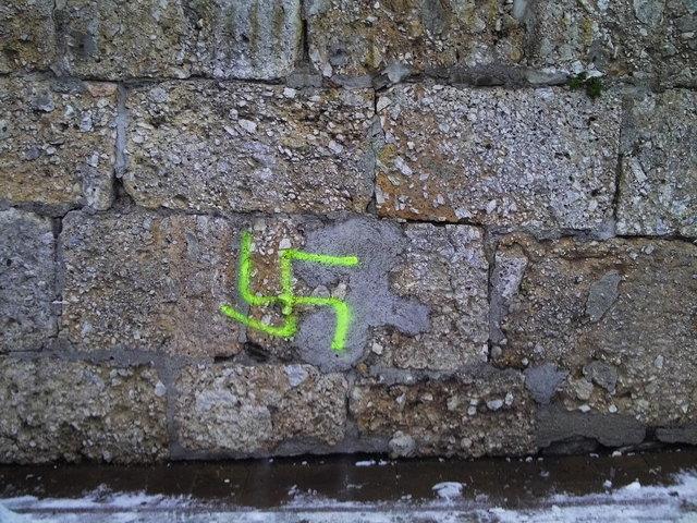 Ein Hakenkreuz schmierten Unbekannte an das Gloggnitzer Stadtcafe.