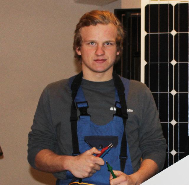 """Michael Girstmair schloss den neuen Modullehrberuf Elektrotechnik mit der Spezialisierung """"Erneuerbare Energien"""" erfolgreich ab."""