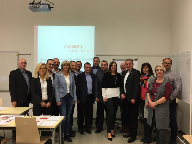 Gemeinsam mit sechs Bürgermeistern aus dem Bezirk Neusiedl absolvieren die sieben Ortschefs den Lehrgang