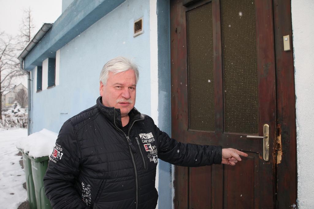 """Mario Picalek zeigt: """"Über diese Tür kamen die Täter ins Kino."""""""