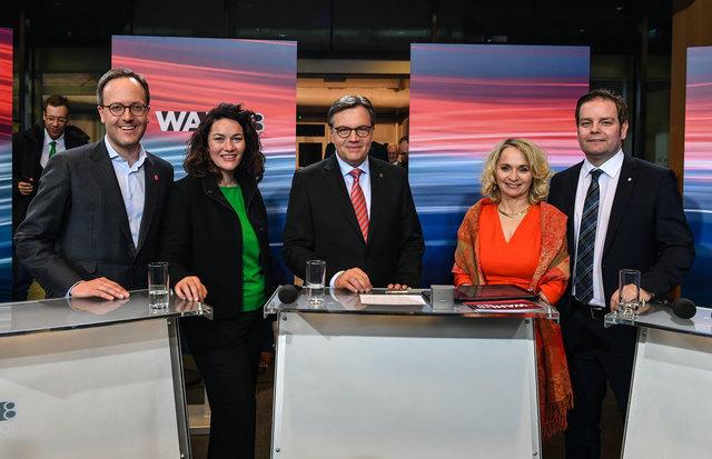 Die Parteichefs von fünf der sechs im Landtag vertretenen Parteien. Günther Platter (Mitte) wurde souverän im Amt bestätigt. Seine ÖVP kommt auf über 44 Prozent.