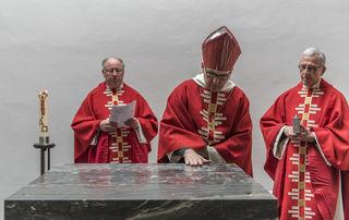 Bischof Hermann bei der Salbung des Altars.