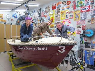 Gemeinsam mit Lebenspartner Martin Gruber und Sohn Thomas repariert, prüft und reinigt Marianne Kukla im Winter die Boote.