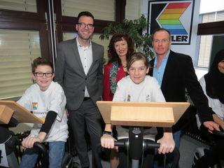 Stadtschulratpräsidenten Heinrich Himmer, Direktorin Brigitte Fuchs und Initiator Martin Jorde feiern zehn Jahre Ergometerklassen.