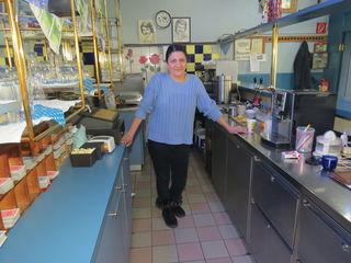 Aynur Aydemir stellt ihre Frau in der eigenen Gartengestaltung, dem eigenen Kaffeehaus und innerhalb der Familie.